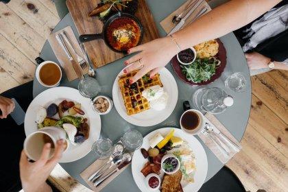 viaggiare da solo mangiare insieme